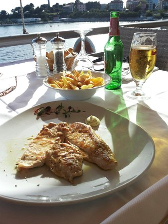 Stellon: Grilled chicken and french fries. Delicious, and only about 9e.