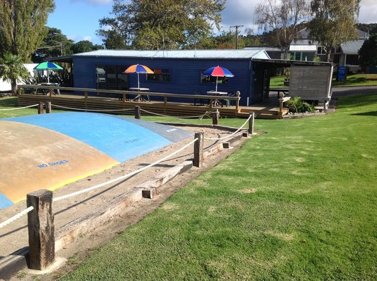 Coromandel TOP 10 Holiday Park: Jumping Pillow & Playground