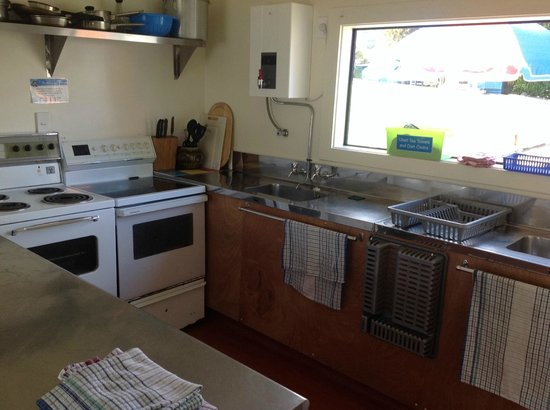 Coromandel TOP 10 Holiday Park: Common Kitchen