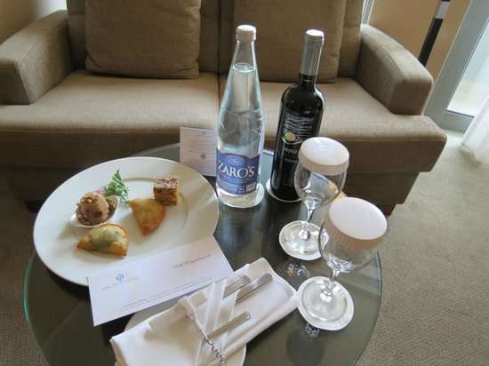 Galaxy Hotel Iraklio: Welcome letter, complimentary Cretan hors d'oeuvres, wine and water