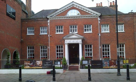 Sir Christopher Wren Hotel and Spa: The entrance door