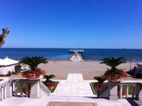 Hotel Excelsior Venice : view from veranda to seaside; beach practically at the hotel