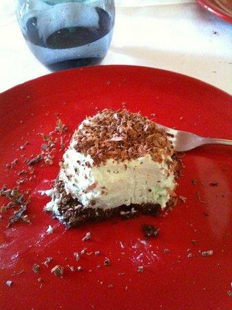 L'Antica Rupe: Panna cotta alla menta su croccantino al cioccolato e scaglie di cioccolato e cocco