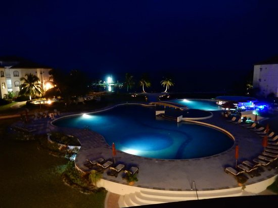 Grand Caribe Belize Resort and Condominiums: Hotel & grounds at night