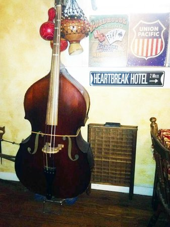 Sulphur Springs Inn: Double bass in the lounge