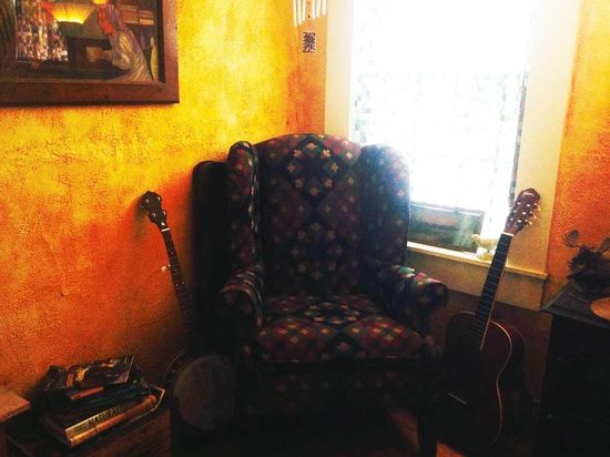 Sulphur Springs Inn: Lounge with instruments