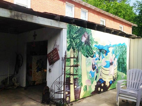 Sulphur Springs Inn: Naked gnomes in a hot tub mural!