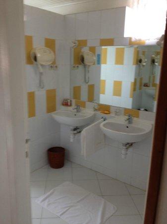 La Varangue: Bathroom sinks