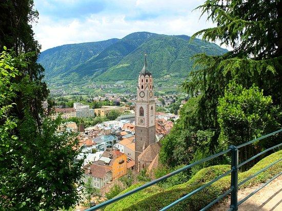 Tappeinerweg: Blick auf die Stadt Meran - da unten muss die Enoteca Claudia sein.