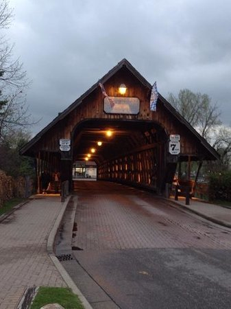 Bavarian Inn Lodge: Covered Bridge connecting hotel with downtown