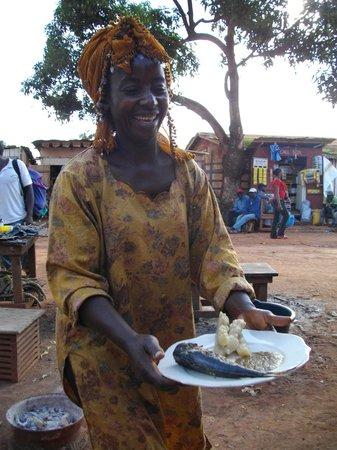 Bertoua, Kamerun: HELER;restauratrice de rue