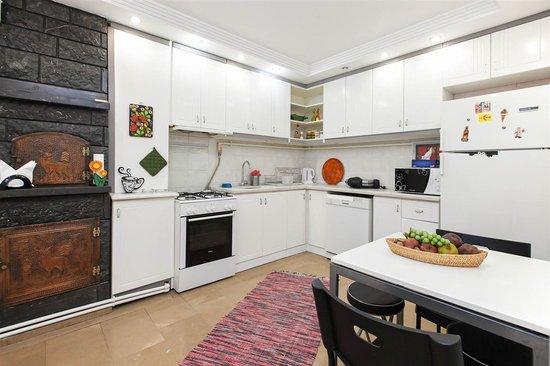Home Aparts Yesilkoy: Kitchen
