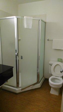 Motel 6 Richmond Airport: Shower