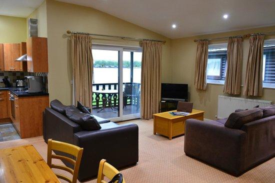 Pine Lake Resort: Lounge (overlooking lake)