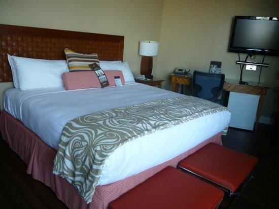 Hotel Maya - a DoubleTree by Hilton Hotel: Bedroom