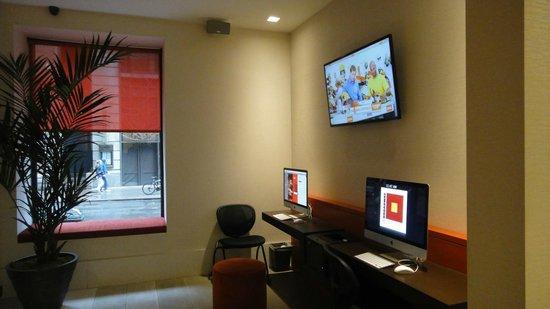 Broadway at Times Square Hotel : Computadoras en el Loby