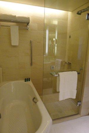 Shangri-La Hotel, Beijing : Unique shower/bath arrangement