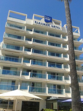 Blaumar Hotel: Side of hotel lovley seating area overlooking the beach and fountains