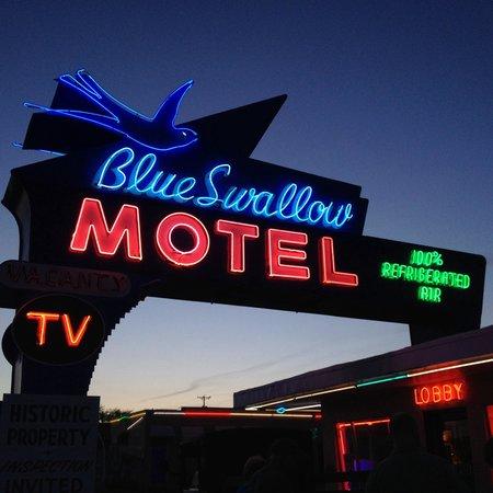 Blue Swallow Motel: Photo at sunset