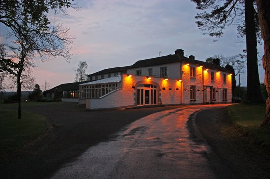 BEST WESTERN Dryfesdale Country House Hotel: View of the hotel entrance at dusk