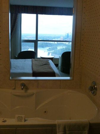 Embassy Suites by Hilton Niagara Falls Fallsview Hotel: Tub view of the falls