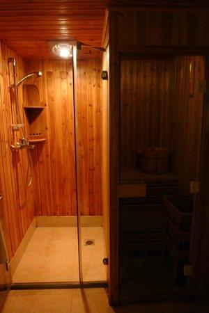 Courtyard 7: Shower AND sauna