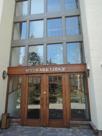 Sitzmark Lodge at Vail: Gore Creek Entrance