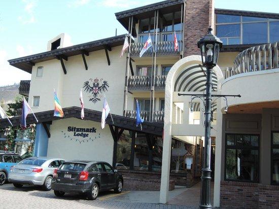 Sitzmark Lodge at Vail: Upper Main Entrance on Gore Creek Drive