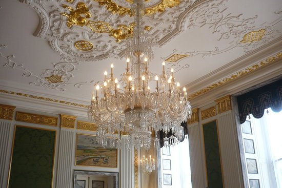 Royal Palace: Many impressive chandelliers