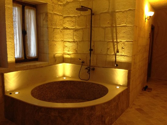 Kayakapi Premium Caves - Cappadocia : tub and shower