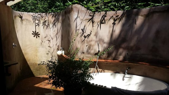 Yabbiekayu Homestay Bungalows: Outside bathtub and shower