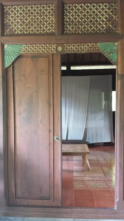Yabbiekayu Homestay Bungalows: View of the room and poster bed from doorway entrance
