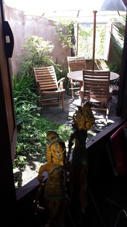 Yabbiekayu Homestay Bungalows: Side yard dining.