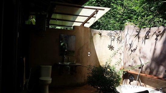 Yabbiekayu Homestay Bungalows: Outside area of bath/toilet/shower