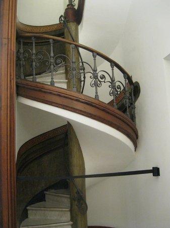 Museu Picasso: Старинные лесенки в музее.