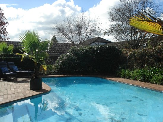 Oakwood Manor Auckland Airport Motor Lodge: Swimming Pool for your added enjoyment