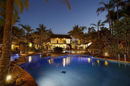 Islander Noosa Resort : Night time at the lagoon pool