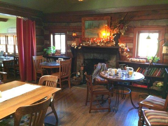 Highland Haven Creekside Inn: the cozy breakfast room