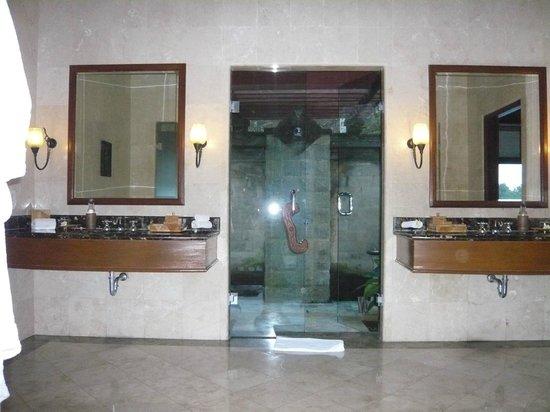 Puri Wulandari Boutique Resort: Indoor Bathroom Looking Onto Outdoor Shower