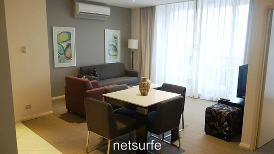 Meriton Suites Waterloo: Living room