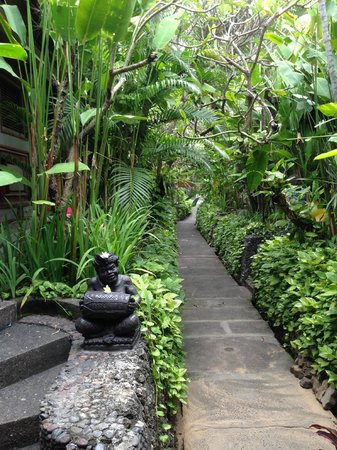 Kuta Seaview Boutique Resort & Spa: pathways are beautiful