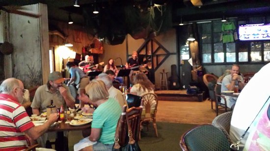 Felix's Fish Camp Grill: Live band on Memorial Day weekend