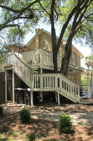 HI-Houston: The Morty Rich Hostel : Outer building with additional rooms & beds