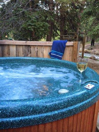 StoneBrook Resort: creekside hot tub