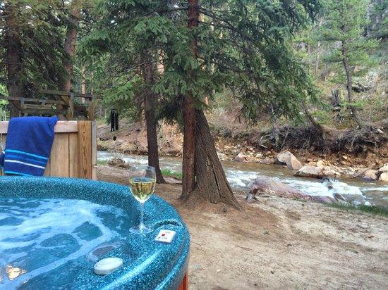 StoneBrook Resort: creekside hot tub!