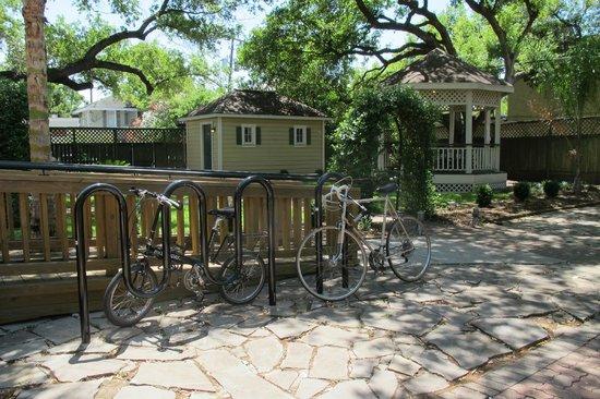 HI-Houston: The Morty Rich Hostel: My bike (its the foldie) & backyard