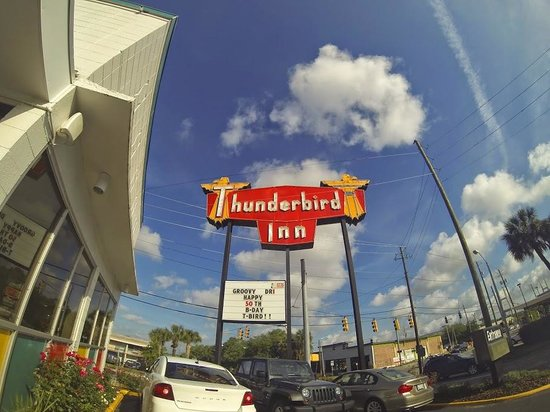 The Thunderbird Inn: pretty cool sign