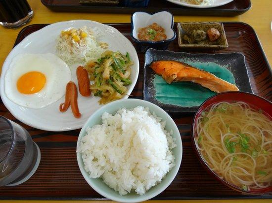 Inaunosato: 1階の食堂での朝食。 絞りたてのマンゴージュースのサービスもあります。