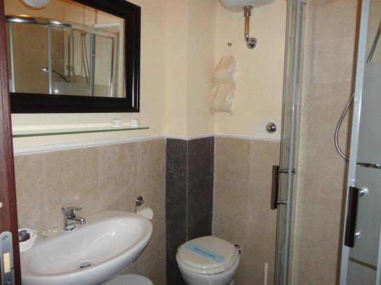 ApartHotel Plebiscito: Bathroom