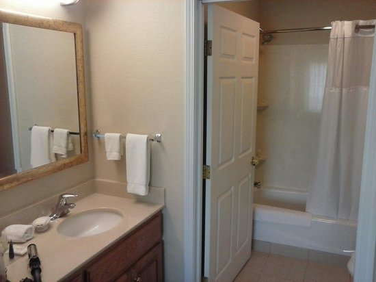 Staybridge Suites Sioux Falls: Bathroom and sink area. ..